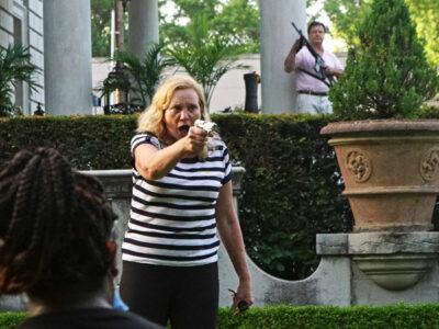 pareja armada apunta a manifestantes en eu