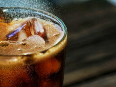 Profeco exhibe bebidas que rebasan niveles de azúcar y cafeína
