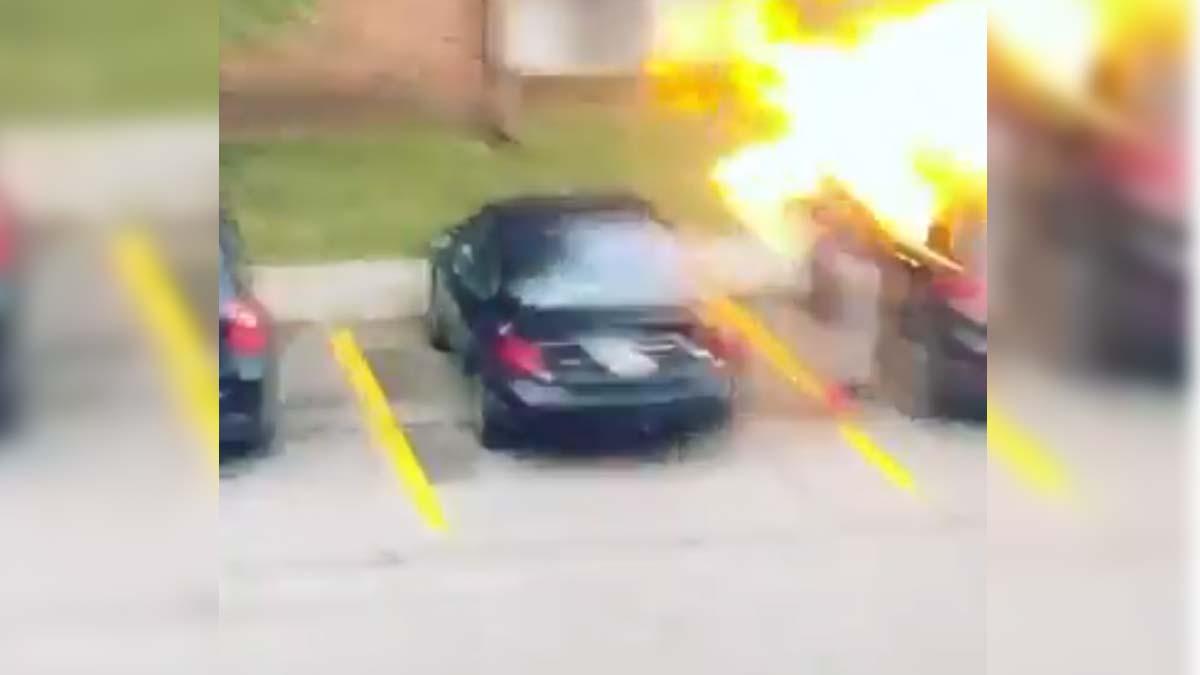 Video: Prende fuego a camioneta de su exnovio, recibe flamazo en la cara