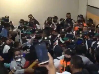 Metro CDMX: policías y vagoneros pelean, olvidan sana distancia