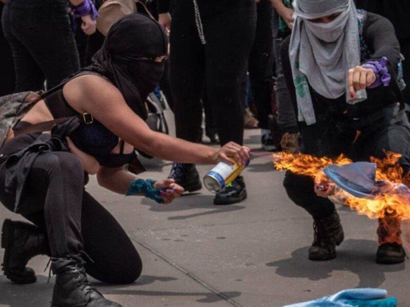 Marcha feminista en CDMX deja 8 policías y 6 civiles lesionados