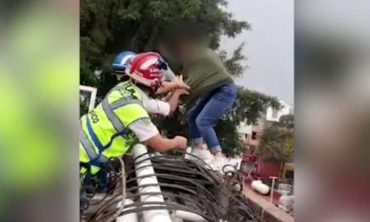 Policías y paramédicos frustran intento de suicidio de niña en CDMX