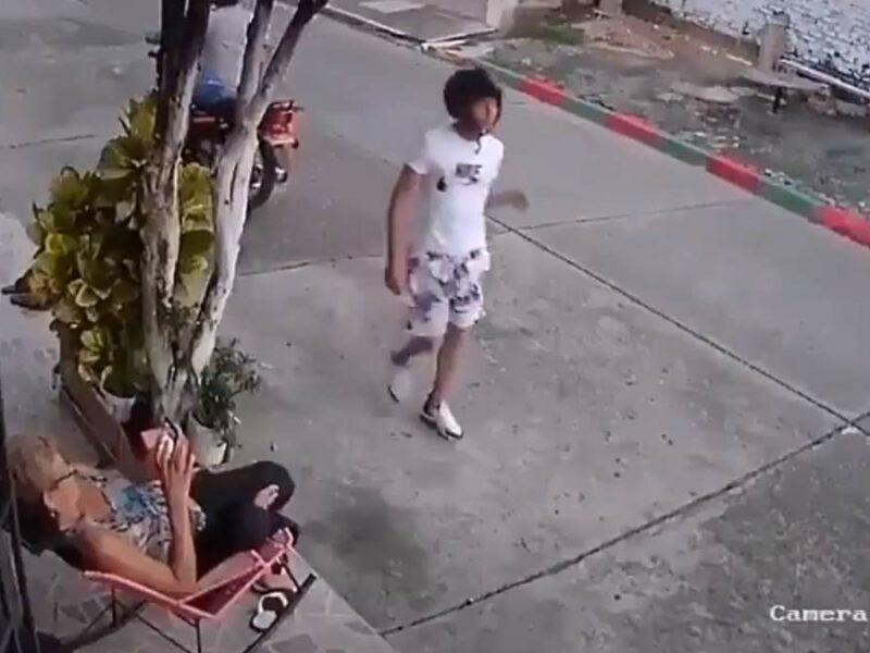 Motociclistas intentan robarle el celular, los golpea con su propio casco