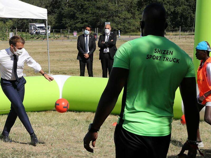 Emmanuel Macron tira a adolescente de un pelotazo en cascarita