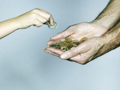 Por escasez de monedas, un banco de EU pagará por ellas con dinero