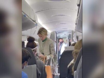 Mujer es expulsada de avión por negarse a usar cubrebobas