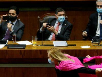 Pamela Jiles, diputada chilena, corre como Naruto tras proyecto de ley
