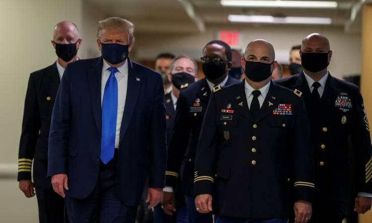 Donald Trump pide usar cubrebocas si no es posible sana distancia