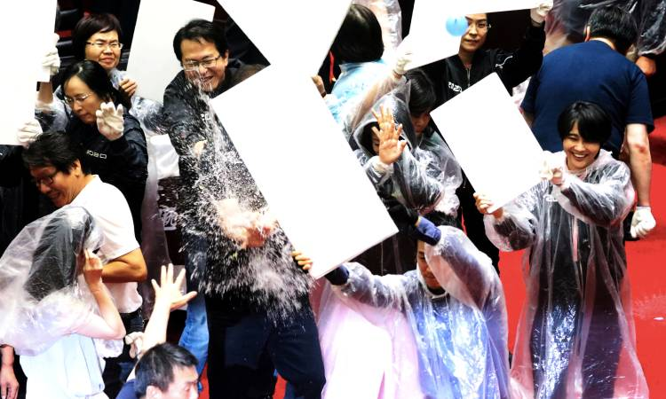 Guerra de globos de agua en Parlamento de Taiwán