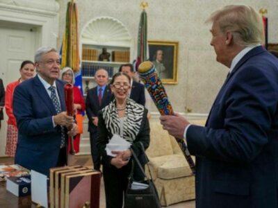 AMLO y Donald Trump, por amor al picheo, intercambian bates de béisbol
