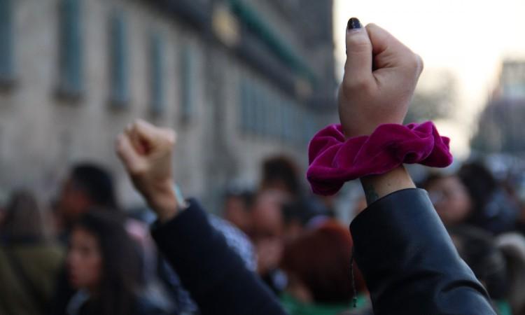 Feministas rompen cristales y realizan pintas en Palacio Nacional