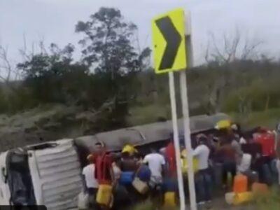 Video: vuelca pipa con gasolina, la ordeñan y les explota