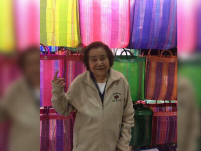Zara: abuelita vende bolsas tejidas y cautiva internet