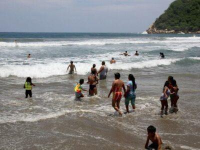 """Turistas ignoran la """"Sana Distancia"""" en playas de Acapulco"""