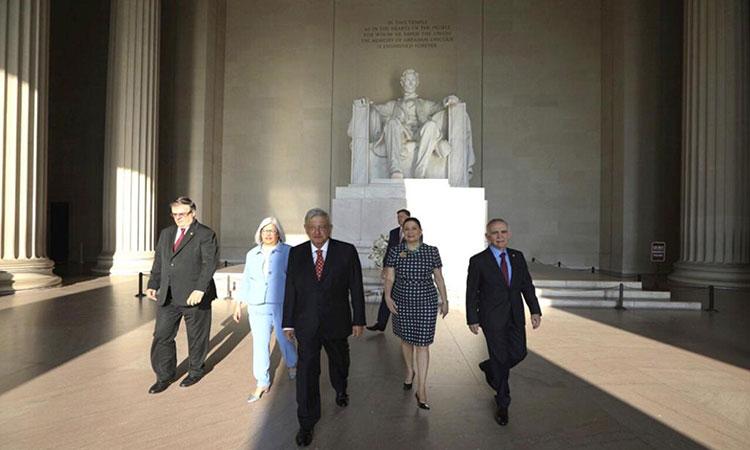 AMLO deja ofrenda floral en el Monumento a Lincoln