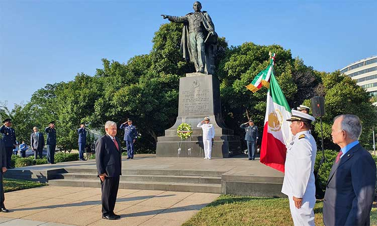 AMLO deposita ofrenda floral en Monumento a Benito Juárez en EU ...