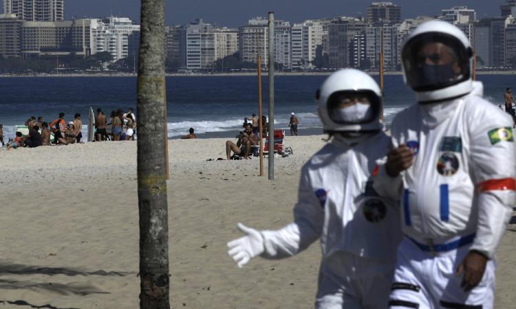 En Brasil, pareja usa trajes de astronautas contra el COVID-19