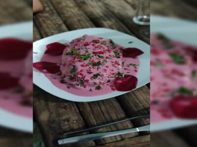 Chiles en nogada rosa, joven los crea y arden redes