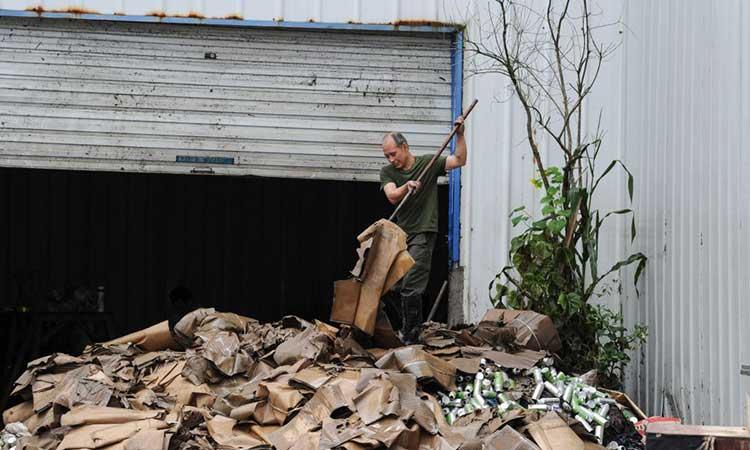 En medio de los daños y en un entorno difícil, los socorristas buscaban posibles personas enterradas.