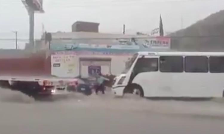 Video: Chofer salva a familia en medio de corriente en Coahuila