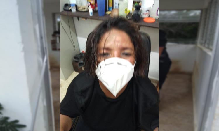 En Yucatán, mujer policía salva a perro de ser atacado por abejas.