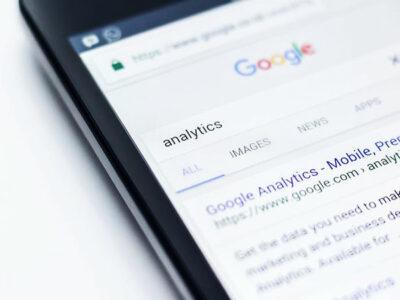 google prohíbe teorías de conspiracion