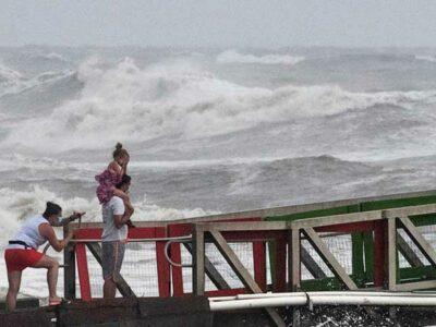 """Hanna podría causar """"olas que amenazan la vida"""", dijo el Centro Nacional de Huracanes."""