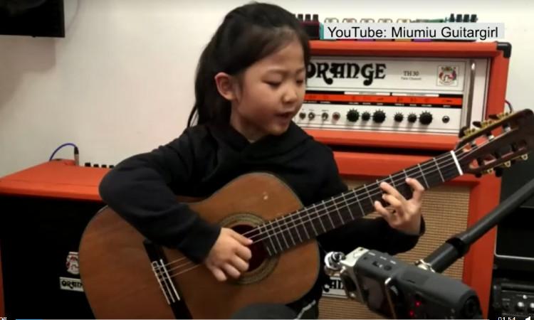 En China, niña prodigio enamora por tocar 8 instrumentos musicales