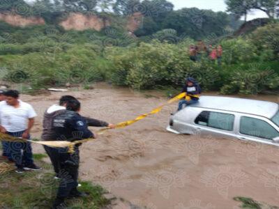 En Puebla una familia quiere cruzar el río y queda atrapada