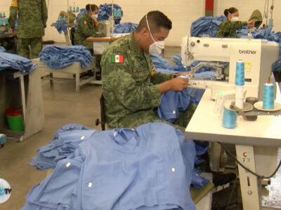 Ejército MexicanoLas manos del Ejército mexicano no paran de fabricar vestuario hospitalario en la contingencia.