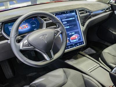 Tesla crea sensor para evitar que haya niños olvidados en los autos