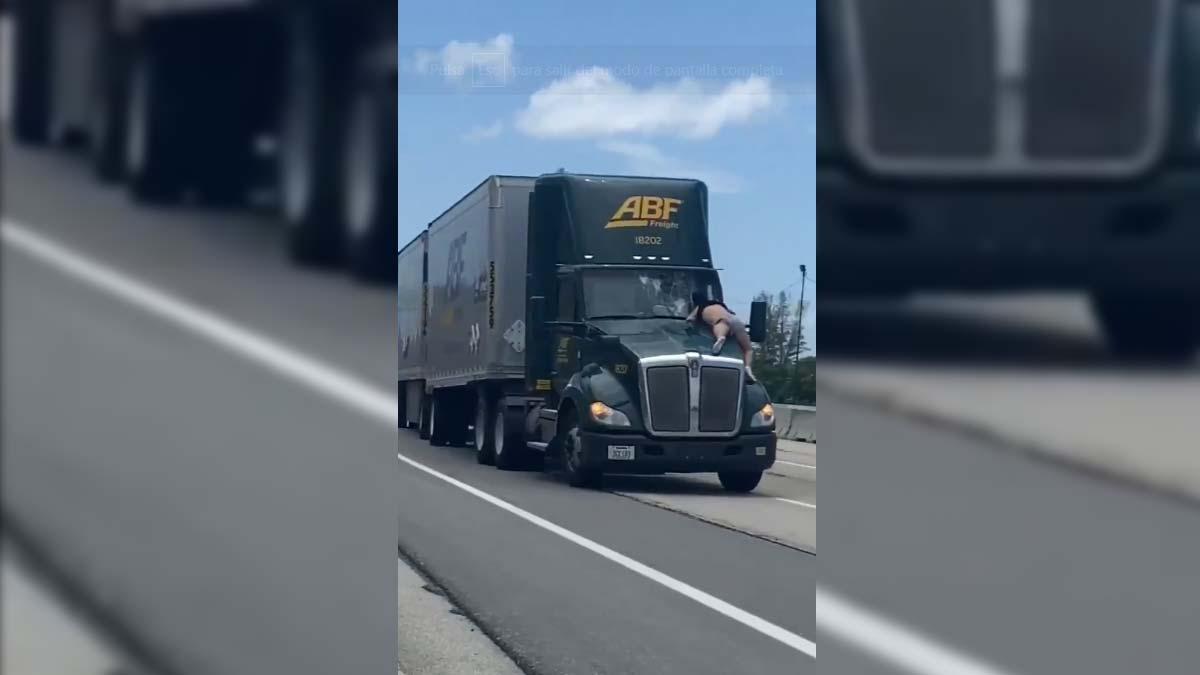 Hombre viaja a toda velocidad sobre cofre de camión en Estados Unidos