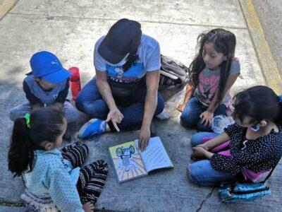 En el semáforo se aprende: Clases para niños de la calle en Querétaro