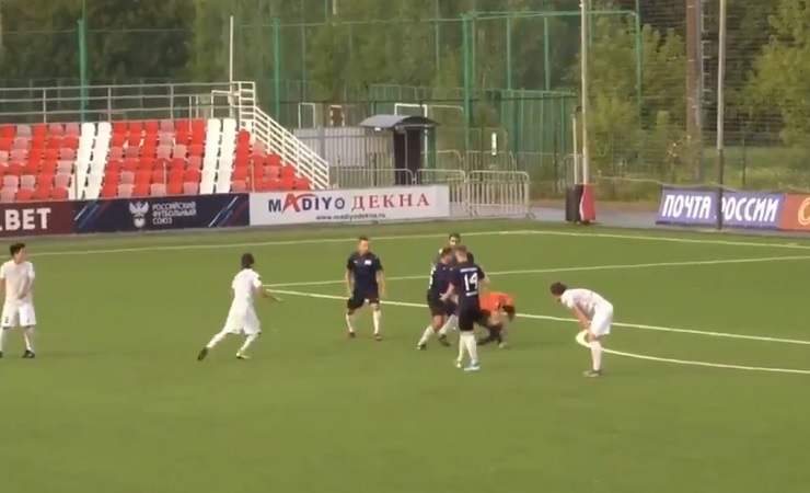 Rusia: jugador de futbol ataca ferozmente a árbitro