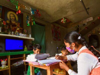 Maestros de México con adornos y vocación regresaron así a clases