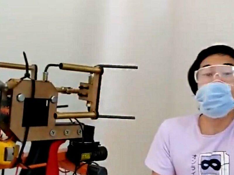 Youtuber inventa pistola que avienta cubrebocas en la cara