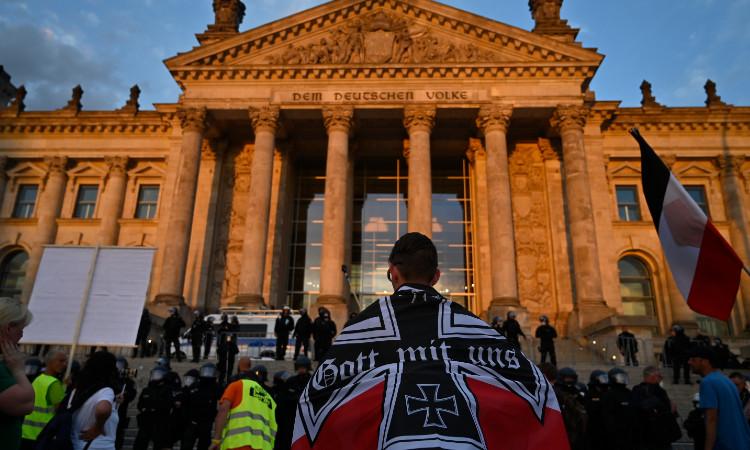 Merkel califica de vergonzoso lo ocurrido durante la toma de Reichstag
