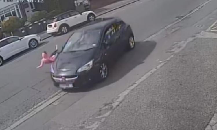 Video: Niña corre, coche la atropella y se levanta como si nada