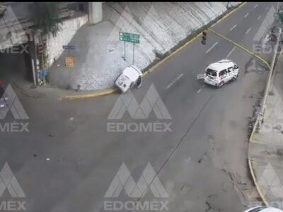 Estado de México: Combi de pasajeros choca vehículo y se da a la fuga