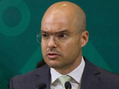 David León tiene tres maestrías.