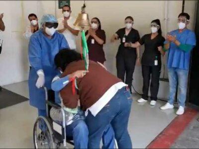Personal de salud y administrativo despide a los pacientes del Hospital de Expansión del IMSS en el Autódromo.