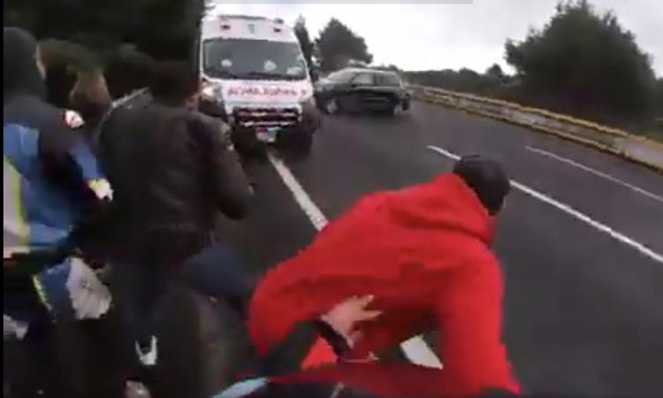 México-Cuernavaca: captan fuerte accidente de motociclistas arrollados