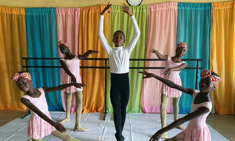 Niño nigeriano bailando ballet; la historia que cautivó al mundo