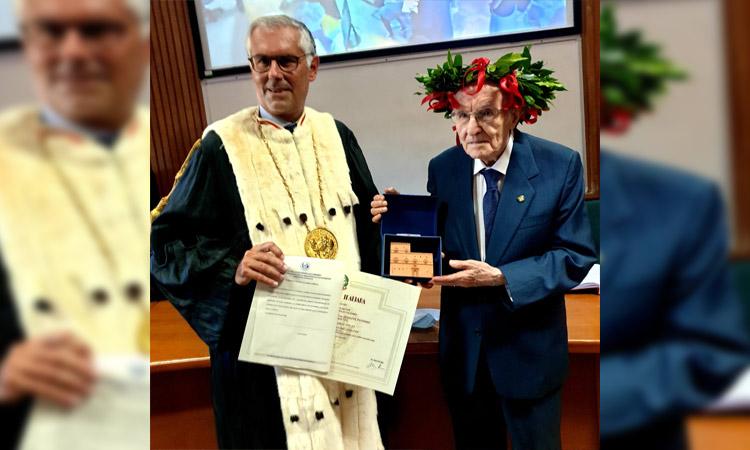 En Italia este abuelito decidió titularse a sus 96 años