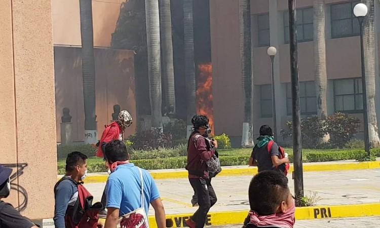 Ayotzinapa: Normalistas incendian oficinas del Congreso de Guerrero