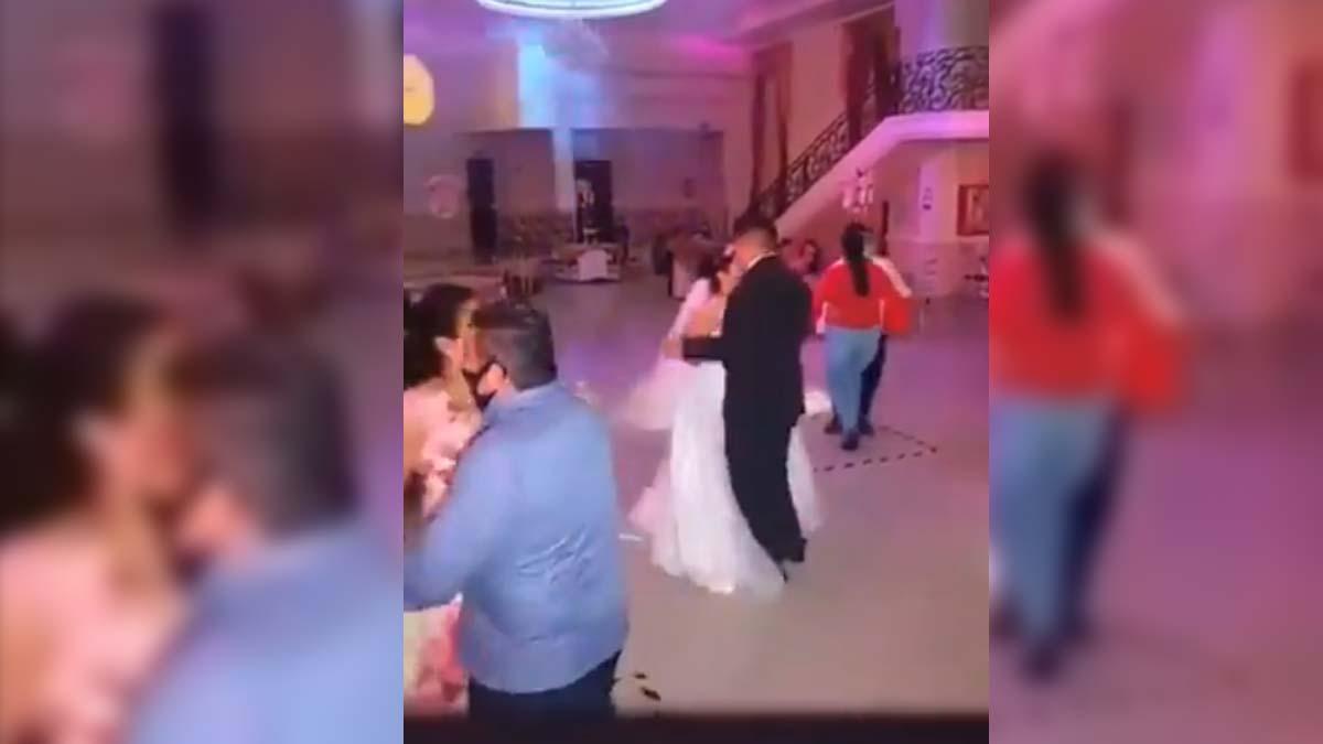 Novios e invitados bailan con sana distancia y cubrebocas en NL