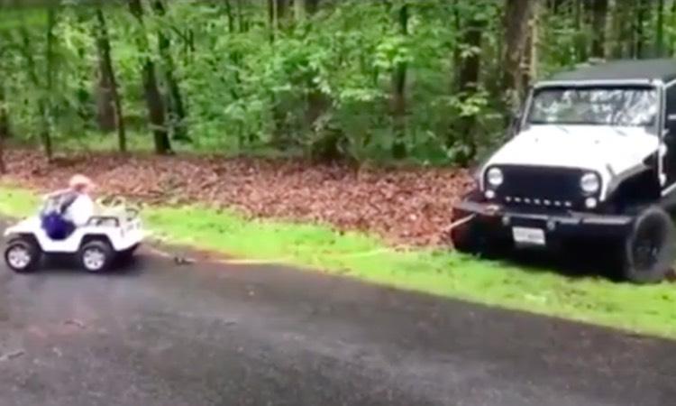Niño en Jeep