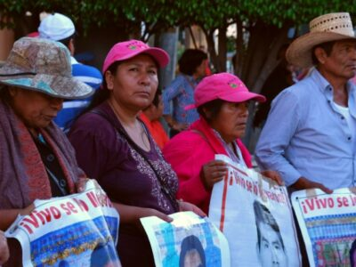 Llaman en redes sociales a impedir el paso a padres de los 43 a Iguala