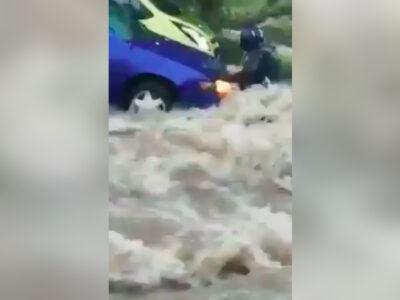 Zacatecas: Corriente de agua arrastra a motociclista