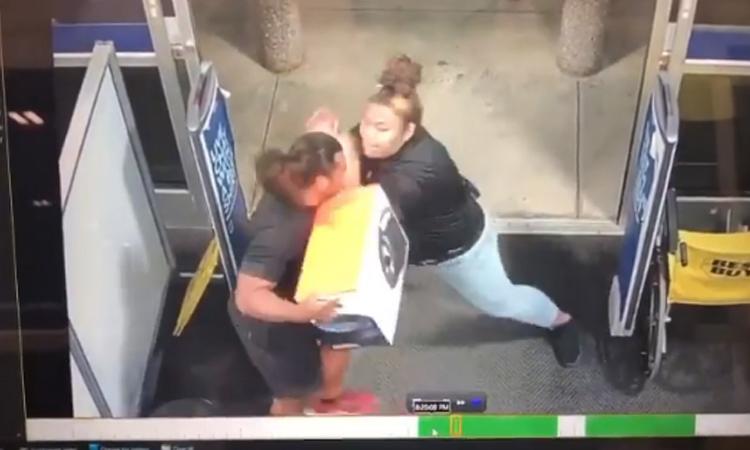 UFC contrata a mujer que evitó un asalto en Hawái